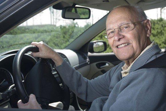 пожилой человек - опытный водитель